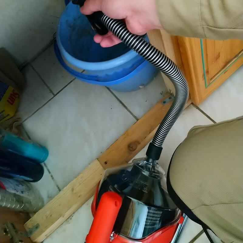 Un lavabo débouché grace à un furet mécanique